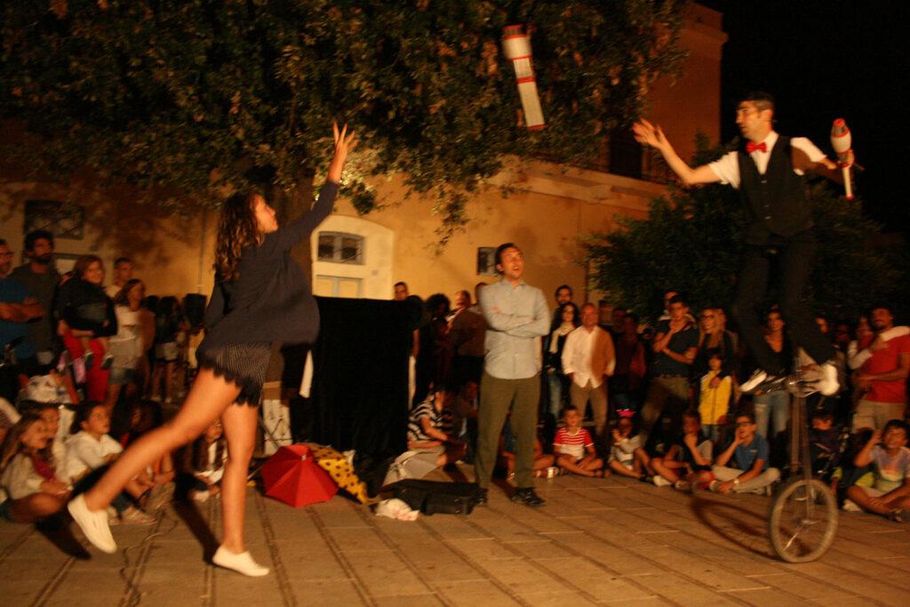 Festival di artisti di strada Spettacoli e itineranti
